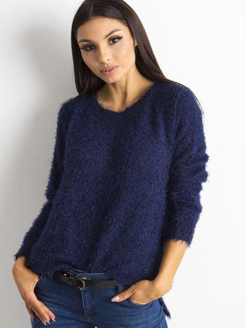 Granatowy sweter damski z długim włosem