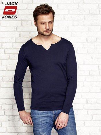 Granatowy sweter męski z wycięciem