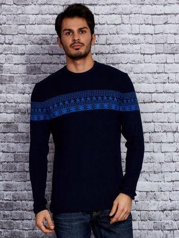 Granatowy sweter męski ze wstawką we wzory
