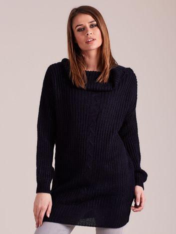 Granatowy sweter z luźnym golfem