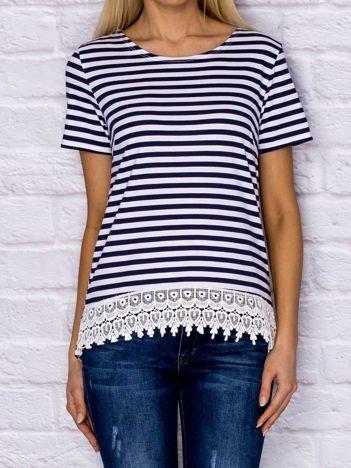 Granatowy t-shirt w paski z koronką