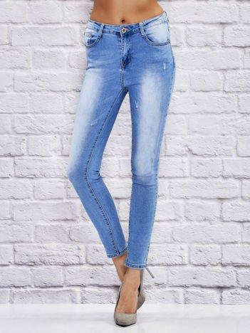 Jasne spodnie jeansowe rurki przecierane niebieskie