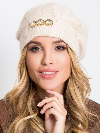 Jasnobeżowa czapka z aplikacją