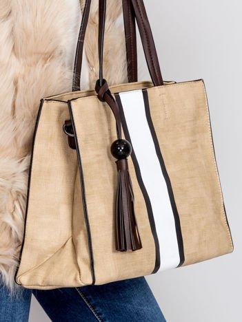 Jasnobeżowa torba z szerokim jasnym paskiem
