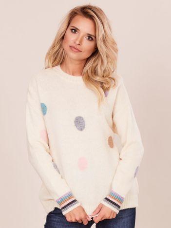 Jasnobeżowy sweter w grochy