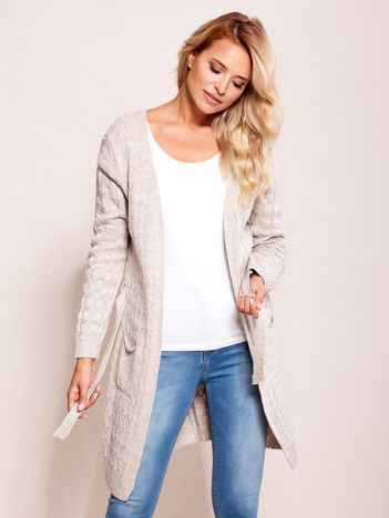 Jasnobeżowy sweter z paskiem