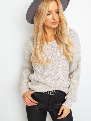 Jasnobeżowy sweter z perełkami