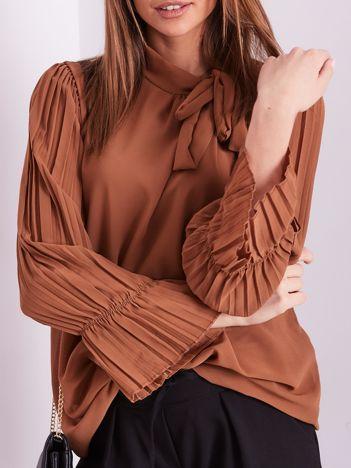 Jasnobrązowa bluzka z plisowanymi rękawami