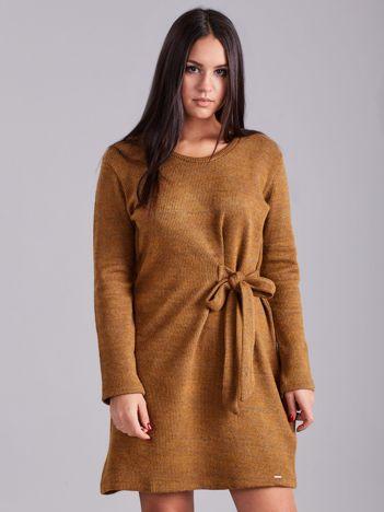Jasnobrązowa sukienka w prążki z wiązaniem