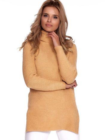 Jasnobrązowy miękki sweter z golfem