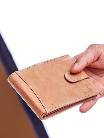 Jasnobrązowy portfel męski z tłoczonym emblematem