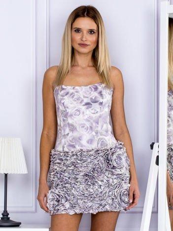 Jasnofioletowa sukienka w grochy z ozdobną spódnicą