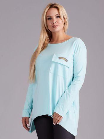 Jasnoniebieska asymetryczna bluzka z kieszenią PLUS SIZE