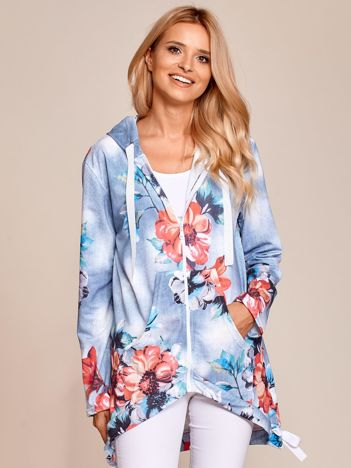 Jasnoniebieska bluza na suwak w duże kwiaty z ozdobnymi tasiemkami