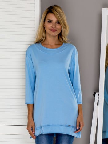 Jasnoniebieska bluzka z surowym wykończeniem