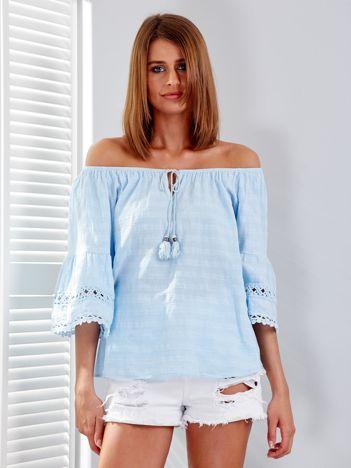Jasnoniebieska bluzka z szerokimi rękawami i troczkami