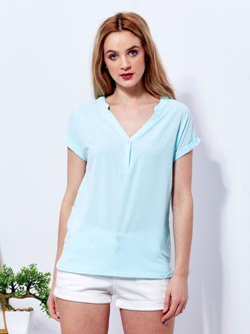 Jasnoniebieska bluzka z trójkątnym dekoltem
