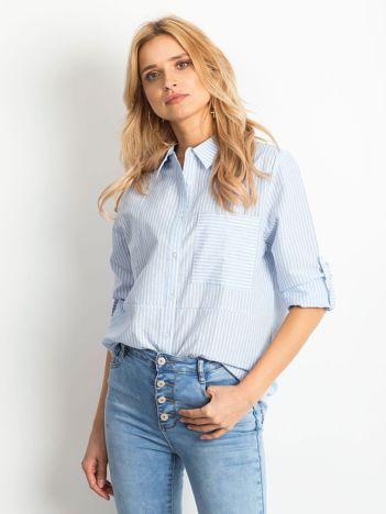 Jasnoniebieska koszula w paski z podwijanymi rękawami