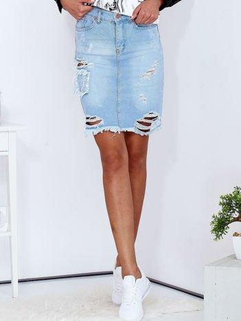 Jasnoniebieska spódnica jeansowa z dziurami