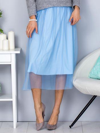 Jasnoniebieska spódnica midi z tiulową warstwą