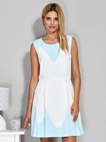 Jasnoniebieska sukienka koktajlowa z kontrastowymi wstawkami