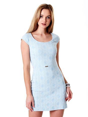 Jasnoniebieska sukienka w wypukły deseń