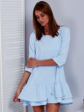 Jasnoniebieska sukienka z warstwową falbaną