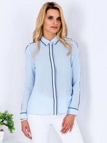 Jasnoniebieska szyfonowa koszula z ciemną lamówką