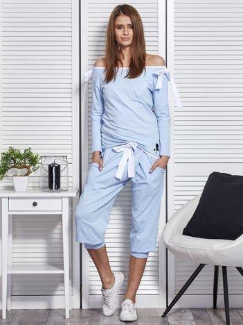 Jasnoniebieski komplet z kokardami spodnie i bluzka