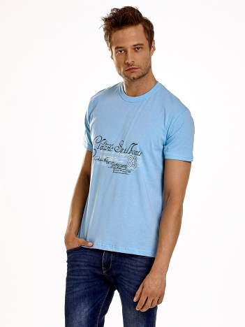 Jasnoniebieski t-shirt męski z napisami i liczbą 83