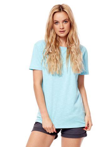 Jasnoniebieski t-shirt z głębokim dekoltem z tyłu