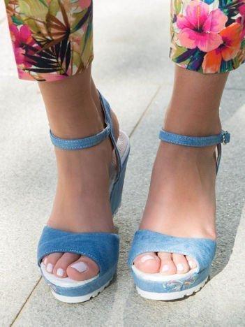 Jasnoniebieskie  denim sandały na koturnach z haftowanym motylem zapinane w kostce