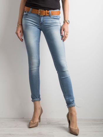Jasnoniebieskie jeansowe rurki