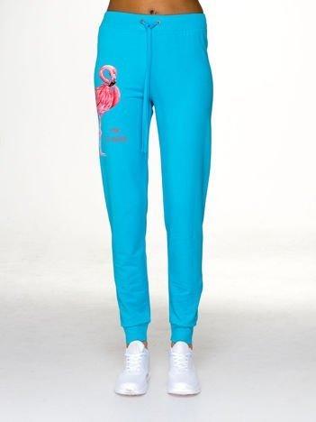 Jasnoniebieskie spodnie dresowe z flamingiem
