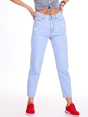 Jasnoniebieskie spodnie mom jeans