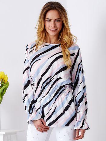 Jasnoróżowa bluzka w kolorowe desenie