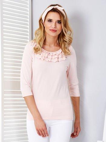 Jasnoróżowa bluzka z falbankami przy dekolcie i perełkami