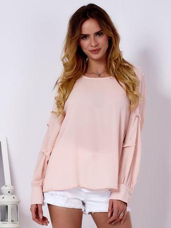 Jasnoróżowa bluzka z perełkami i drapowaniami na rękawach