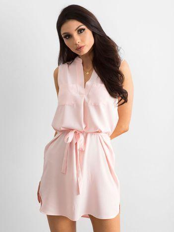 Jasnoróżowa damska sukienka z paskiem
