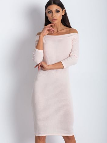 Jasnoróżowa dopasowana sukienka z odkrytymi ramionami