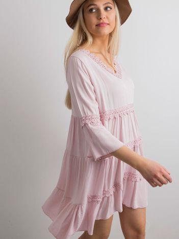 Jasnoróżowa sukienka damska z koronkowymi wstawkami