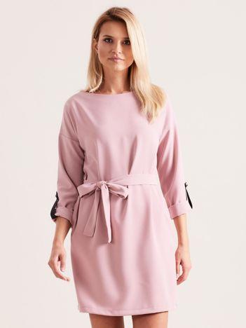 Jasnoróżowa sukienka damska z paskiem