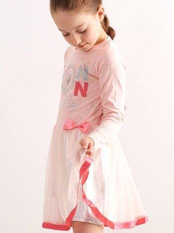 Jasnoróżowa sukienka dla dziewczynki z aplikacją