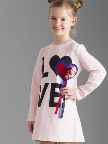 Jasnoróżowa sukienka dziewczęca z aplikacją