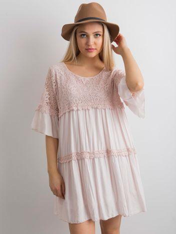 Jasnoróżowa sukienka oversize z koronką