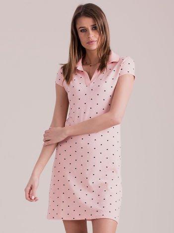 Jasnoróżowa sukienka polo w serduszka