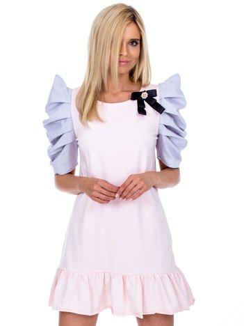 Jasnoróżowa sukienka z drapowanymi rękawami