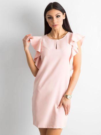 Jasnoróżowa sukienka z falbanami na ramionach