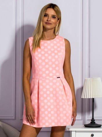 Jasnoróżowa warstwowa sukienka w grochy