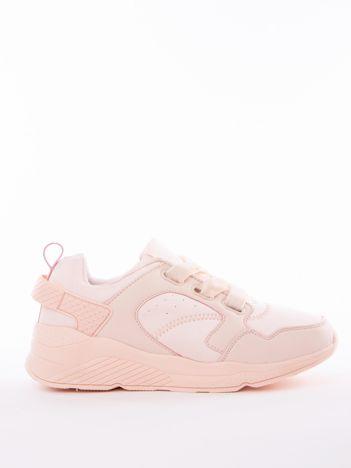 Jasnoróżowe buty sportowe z szerokimi welurowymi sznurówkami